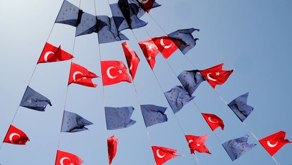 Turkish and European Union flags fly together at Taksim Square on May 24, 2013, in Istanbul. - Sputnik Mundo