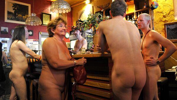 Diners at the Naked Brunch, an event designed for the Melbourne Fringe Festival, order drinks at the bar, in Melbourne on October 6, 2009 - Sputnik Mundo