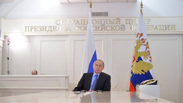 Vladímir Putin, presidente ruso, durante la ceremonia de carga del primer buque cisterna que transportará petróleo desde el yacimiento Novoportóvskoye a través de la nueva terminal Puertas del Ártico - Sputnik Mundo