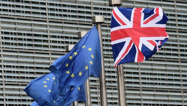 Banderas de la Unión Europea y el Reino Unido - Sputnik Mundo