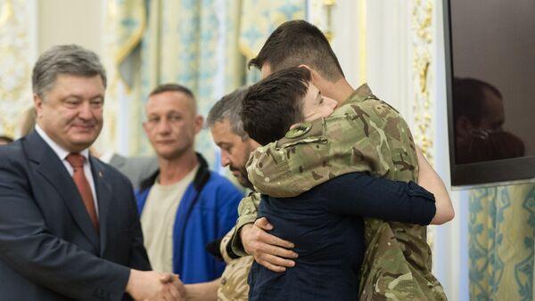 Presidente de Ucrania Petró Poroshenko y la militar Nadezhda Sávchenko - Sputnik Mundo