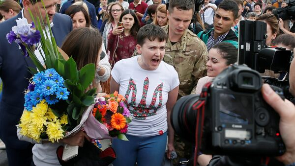 Ukrainian servicewoman Nadiya Savchenko talks to the media at Boryspil International airport outside Kiev, Ukraine, May 25, 2016 - Sputnik Mundo