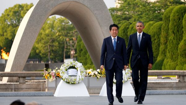 Barack Obama, presidente de EEUU y el primer ministro japonés, Shinzo Abe durante visita al Monumento de la Paz en Hiroshima - Sputnik Mundo