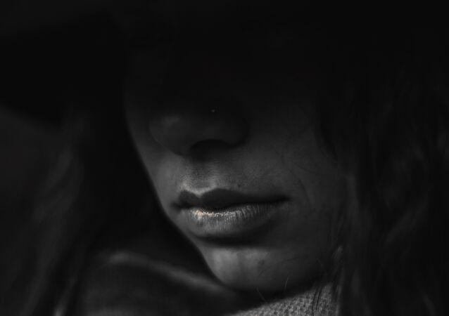 Una mujer en la oscuridad (imagen referencial)