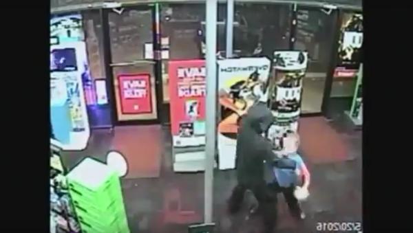 Valiente niño golpea a un ladrón armado - Sputnik Mundo