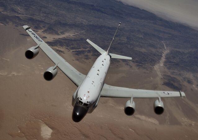 Un avión espía RC-135