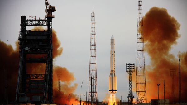 Lanzamiento del cohete-portador Proton-K con el satélite militar - Sputnik Mundo