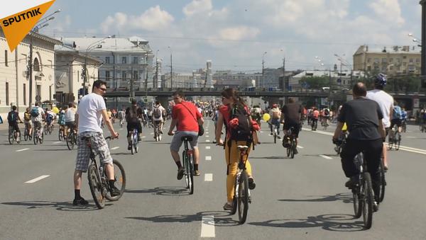 Más de 30.000 moscovitas participaron en el desfile ciclista de Moscú el domingo 29 de mayo. - Sputnik Mundo
