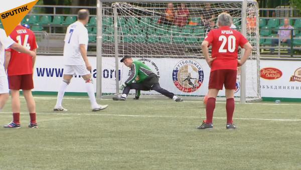 Seguéi Lavrov se pone a prueba como futbolista - Sputnik Mundo