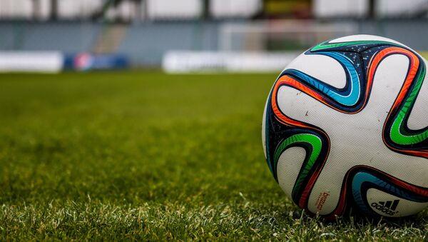 Un balón de fútbol - Sputnik Mundo