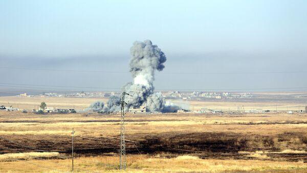 El humo después de ataque aeréo estadounidense cerca de Mosul, Irak (archivo) - Sputnik Mundo