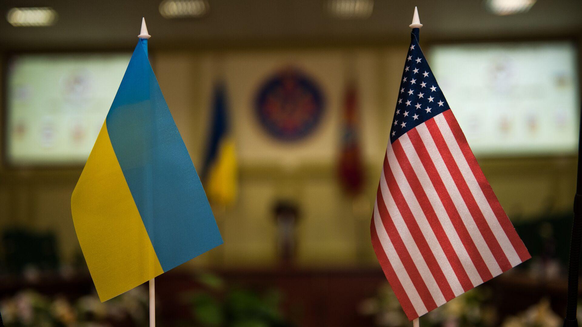 Banderas Ucrania y EEUU - Sputnik Mundo, 1920, 02.04.2021