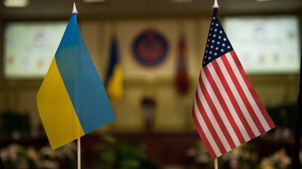 Banderas Ucrania y EEUU - Sputnik Mundo