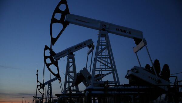 Pump jacks are seen at the Lukoil company owned Imilorskoye oil field, as the sun sets, outside the West Siberian city of Kogalym, Russia, January 25, 2016 - Sputnik Mundo