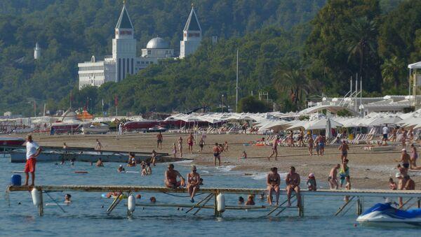 Turistas en una playa de Antalya, Turquía - Sputnik Mundo