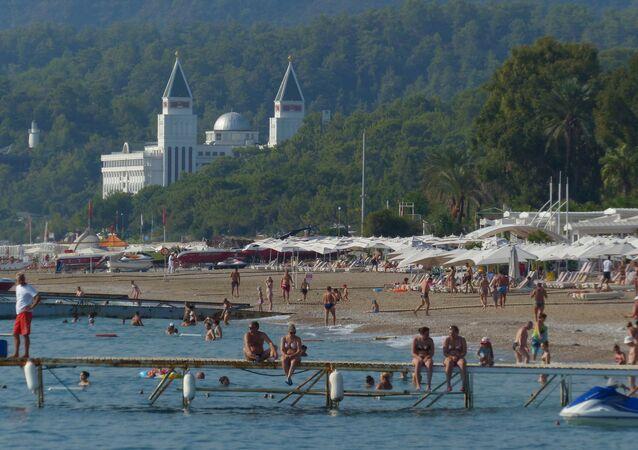 Turistas en una playa de Antalya, Turquía