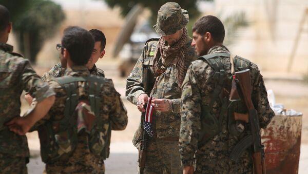 Militares estadounidenses que apoyan a las Fuerzas Democráticas de Siria en la lucha por recuperar el control de Al Raqa - Sputnik Mundo