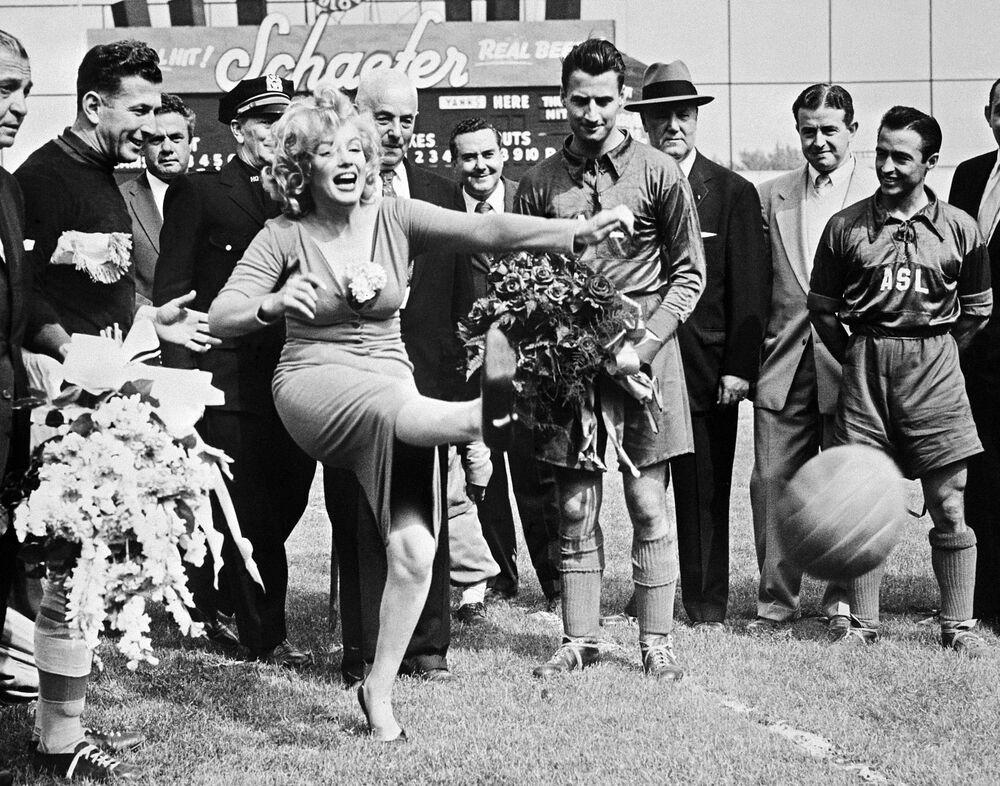L'actrice américaine Marilyn Monroe donne le coup d'envoi, lors du match de football opposant le club Hapoel d'Israël à l'équipe américaine des All-Stars, au stade D'Ebbets Field de Brooklyn, le 16 mai 1957