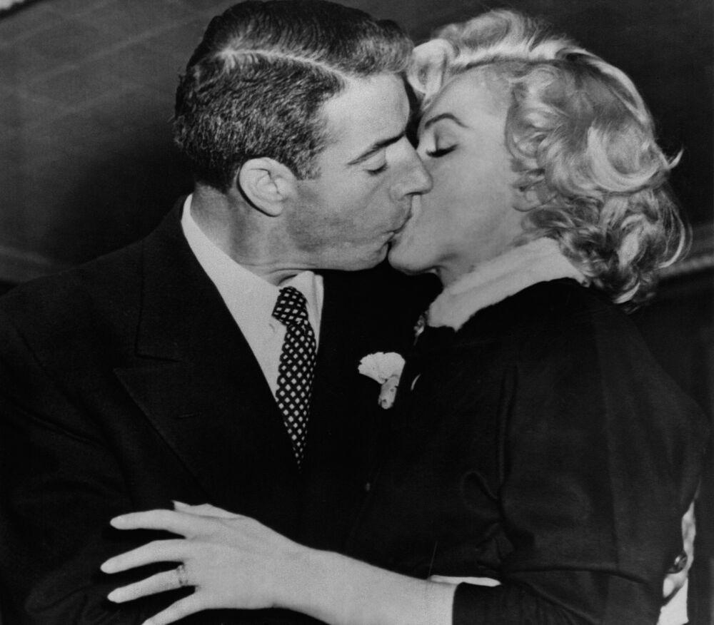 American actress Marilyn Monroe kisses her husband, former baseball player Joe Di Maggio, 17 January 1954