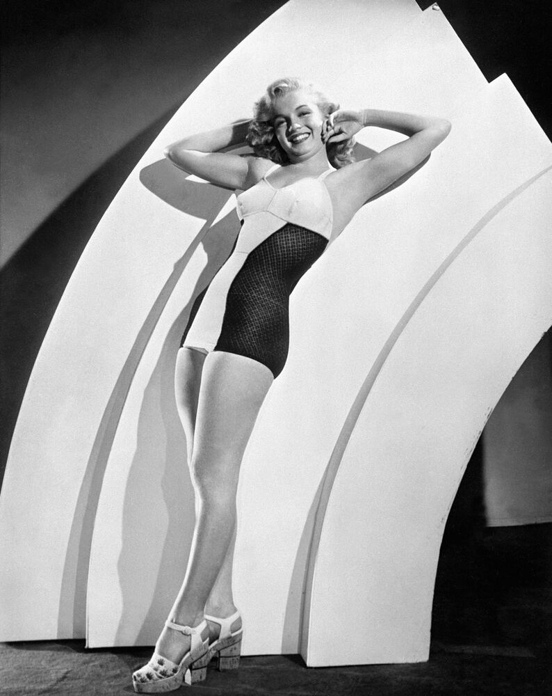 Photo datée d'août 1947 de l'actrice américaine Marilyn Monroe posant pour une puiblicité pour des maillots de bain