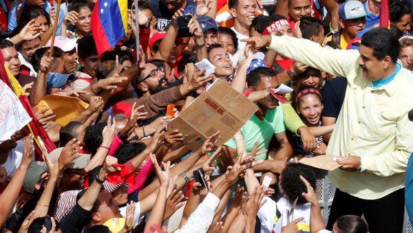 Presidente de Venezuela, Nicolás Maduro, y sus partidarios - Sputnik Mundo