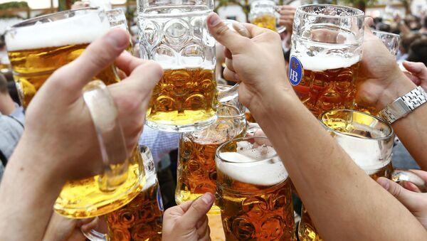 Varias personas hacen un brindis con las copas de cerveza - Sputnik Mundo