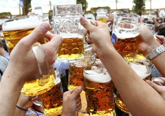Varias personas hacen un brindis con las copas de cerveza