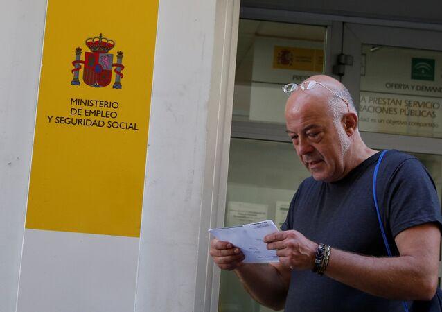 Un hombre dejando la oficina del Ministerio de Empleo y Seguridad Social de España