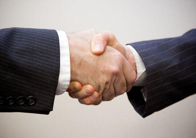Estrechamiento de manos (imagen referencial)