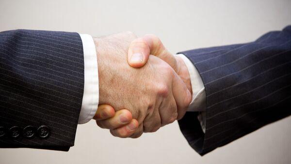 Estrechamiento de manos (imagen referencial) - Sputnik Mundo