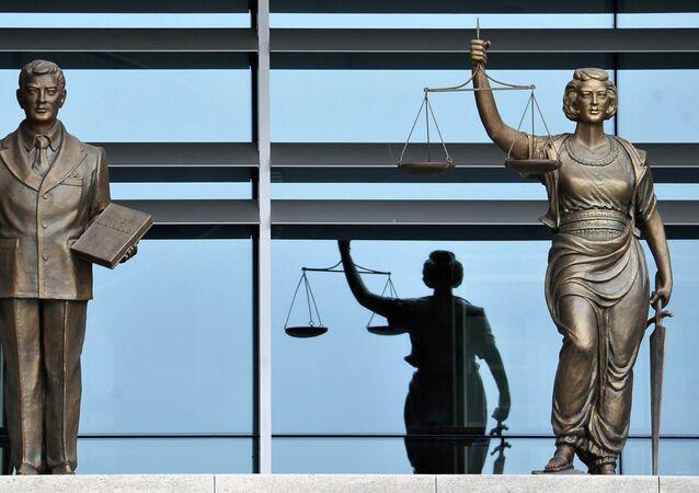 Las estatuas en el edificio del Tribunal Constitucional de Turquía en Ankara