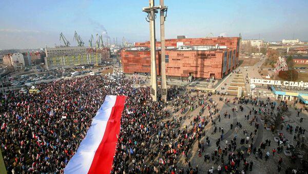 La gente con la bandera nacional de Polonia en Gdansk - Sputnik Mundo
