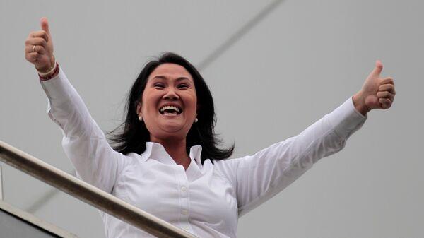 Peruvian presidential candidate Keiko Fujimori gestures towards followers from a building in Lima, Peru - Sputnik Mundo