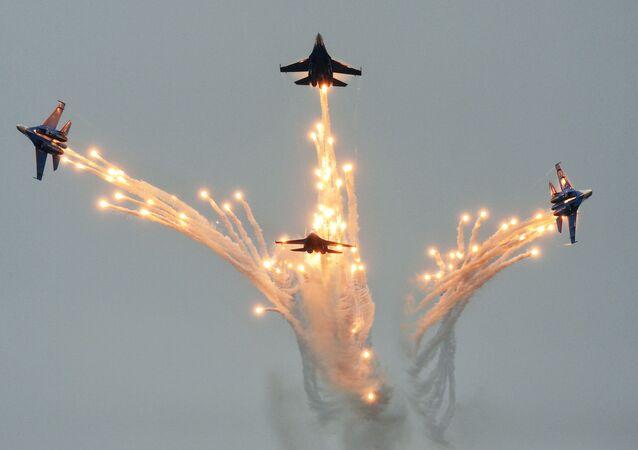 La escuadrilla rusa de acrobacia aérea Russkie Vítiazi