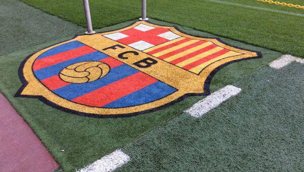 El logotipo del FC Barcelona, sobre el césped del estadio - Sputnik Mundo