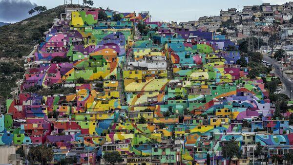 La vista general del cerro 'Las Palmitas' con el macromural compuesto por 209 casas pintadas - Sputnik Mundo