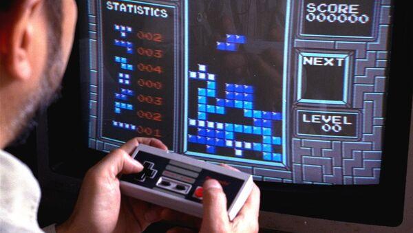 Un hombre jugando Tetris - Sputnik Mundo