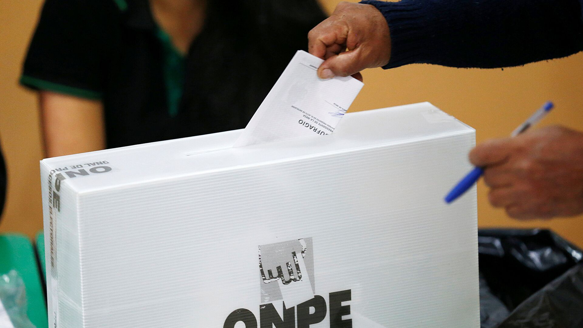 A man casts his ballot in Peru's presidential election at a voting station in Lima, Peru - Sputnik Mundo, 1920, 26.05.2021