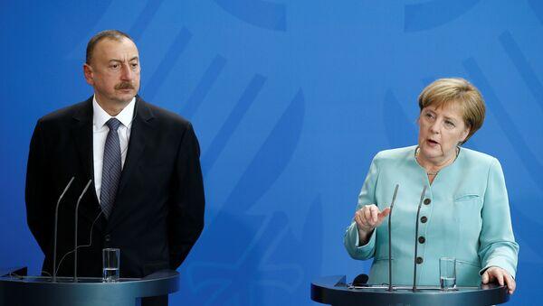 La canciller de Alemania, Angela Merkel, con el presidente de Azerbaiyán, Ilham Aliyev - Sputnik Mundo