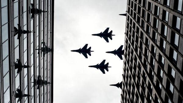 Истребители-бомбардировщики Су-34 и многоцелевые истребители Су-30 СМ на тренировке групп парадного строя авиации к параду Победы - Sputnik Mundo