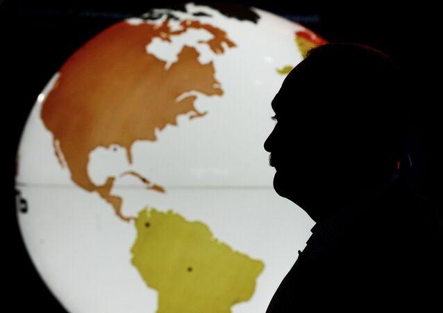Un mapa y un hombre (imagen referencial)