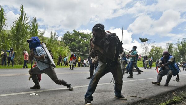 Farmers clash with Colombian riot police as they block the Panamerican highway on June 2, 2016, - Sputnik Mundo