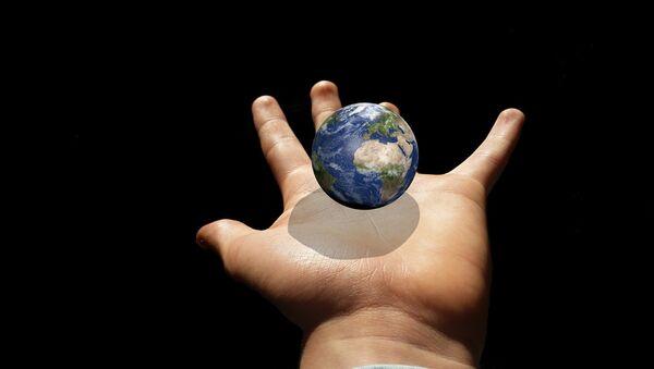 La Tierra en la mano - Sputnik Mundo
