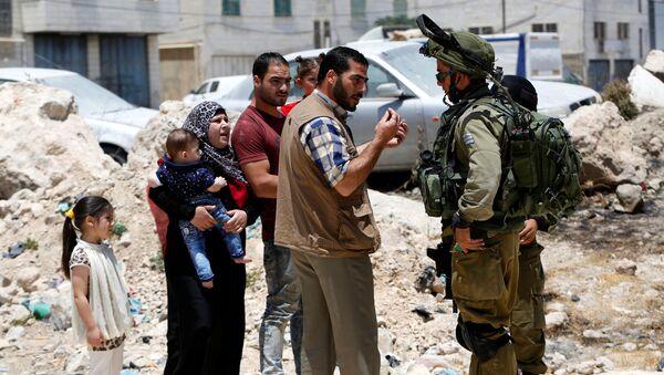 Soldados israelíes han parado una familia palestina cerca de una entrada a Yatta (archivo) - Sputnik Mundo