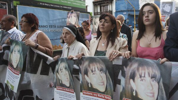 Susana Trimarco, second from right, and her granddaughter Micaela, right, lead a march towards the courthouse on the first day of trial for the alleged kidnappers of her daughter Marita Veron - Sputnik Mundo