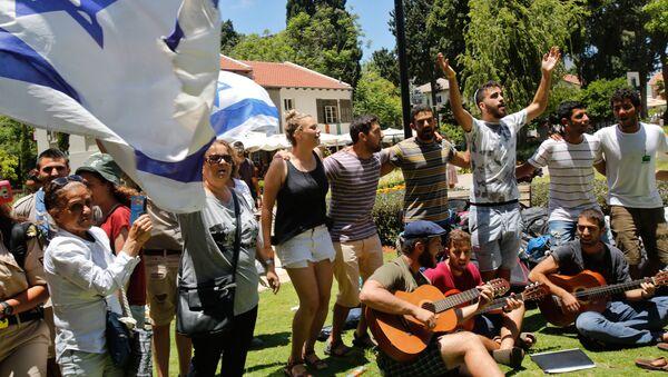 Los ciudadanos rinden homenaje a las víctimas del atentado de Tel Aviv - Sputnik Mundo