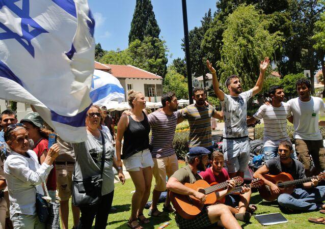 Los ciudadanos rinden homenaje a las víctimas del atentado de Tel Aviv
