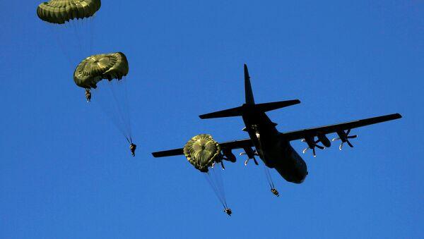 Paracaidistas británicos durante las maniobras de la OTAN Anaconda-6 en Polonia - Sputnik Mundo
