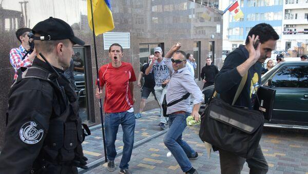 Los radicales arrojando huevos al edificio del Consulados General en Odesa, Ucrania - Sputnik Mundo