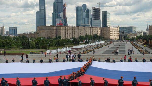 Despliegue de la bandera rusa más grande del país en Moscú - Sputnik Mundo
